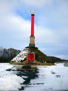 Монумент битви під Крутами 1918 р. (автор Анатолій Гайдамака, 2006 р.) копія однієї з колон портику Червоного корпусу заввишки 10 метрів