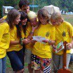 """""""Монумент КВТ"""", гуртки читають послання з КВТ 12 (2008-ий), що пролежали в трилітровій банці під деревом цілий рік"""