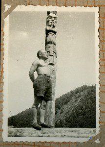 Під впливом саме чеських скаутських тотемів такі прикраси таборів використовували й українські скаути-пластуни Закарпаття у 1930-ті рр.