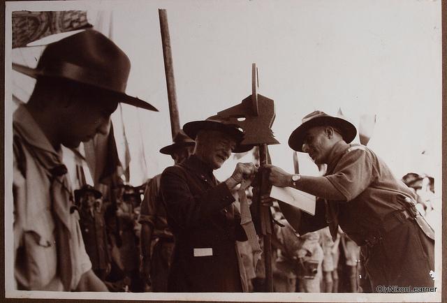 Засновник скаутського руху лорд Байден-Пауелл чіпляє відзначку до тотему 3-го загону вовченят грецьких скаутів в Порт-Саїді, Єгипет (7 листопада 1934 р.)