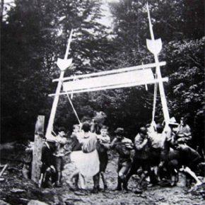 Будують вхідну браму на Соколі. В капелюсі – скавтмайстер І.Чмола. 1926 р.