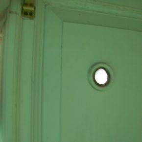 Вічко наглядача у дверях церкви на Секірній горі. Більше про місце мук тут нічого не нагадує. 2009 р.