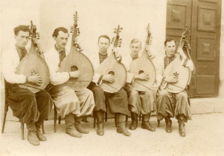 Ансамбель Сінґалевича, літо 1939 року. Зліва направо: С.Ластович, З.Штокалко, Ю.Сінґалевич, В.Юркевич, С.Ганушевський