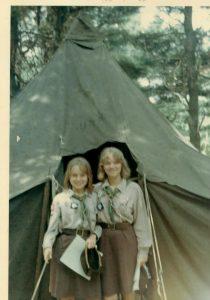 Квітка (зліва) під час таборування біля шатра