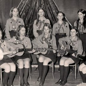 Пластовий ансамбль Соловейки виступає під час 20-ліття станиці Нью-Йорк. Квітка сидить крайня праворуч, 1969 р.