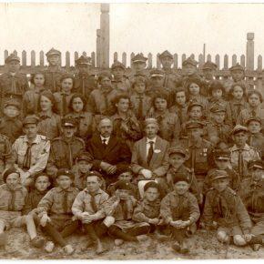 Євген Гладишевський другий зліва у першому ряді серед групи польських харцежів. Західня Польща, 1936-1938 рр.
