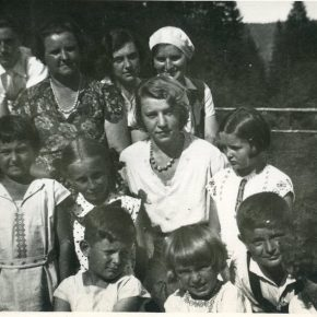 Марія Сидорович Мудра і Савина Сидорович відвідують табір на Остодорі
