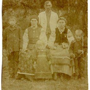 Родина Гладишевських,ппозаду Василь Гладишевський, батько Івана і дідо Євгена, село Реклинець, 1900-1910 рр.