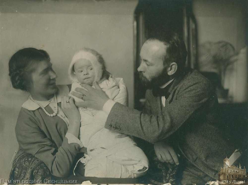 Вірочка Свєнціцька з батьками, 1913.Фото з архіву Національного музею у Львові