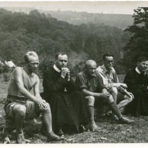 Отці-василіяни на таборі в Солочині, 1938, з архву Б. Алиськевича. Сидять зліва на право - комендант М. Бажанський-Кудеяр, о. Христофор Миськів