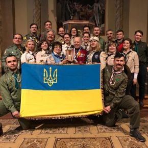 Українська делегація отримала #ВВМ на щорічній церемонії у головному соборі Відня. Разом із пластунами на фото Бертль Ґрюнвальд - ініціатор цієї міжнародної скаутської естафети.