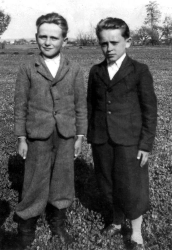 Іван Коршинський (справа) з другом дитинства, майбутнім борцем-підпільником за незалежність України Василем Микитою