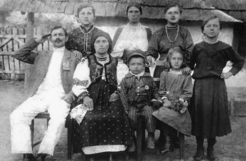 Дід І. Ю. Корошинського по матері Василь Стан, бабуся Анна, крайня в першому ряду праворуч – його мати, теж Анна, з родичами