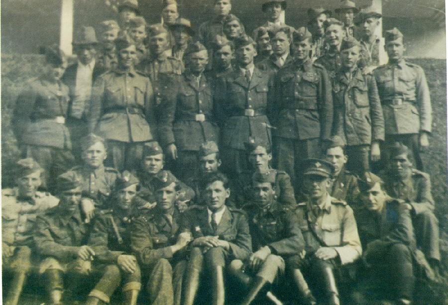 Демобілізовані вояки чехословацької і радянської армій, котрі повернулись у рідне село з війни