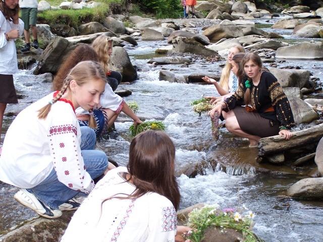 Дівчата пускають вінки за водою