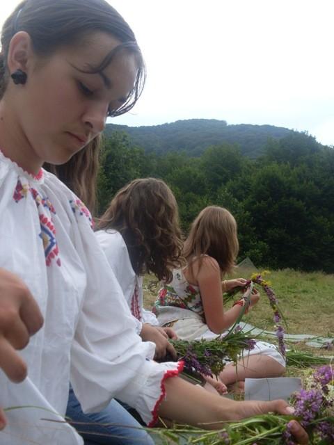 Дівчата плетуть вінки