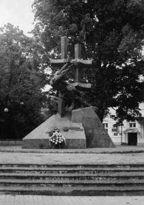 Пам'ятний знак біля тюрми на Лонцького