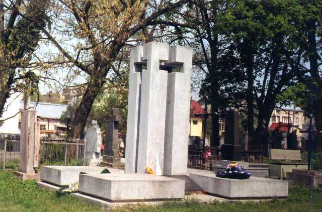 Спільна могила жертв тюрми на Лонцького