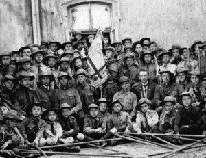 Пластовни Львова з першим пластовим прапором під час привітання през. Гувера, що був гостем Митрополита Андрея Шептицького, 1922 р.