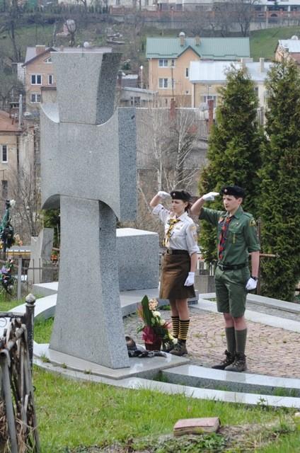 Покладання квітів на Личаківському кладовищі