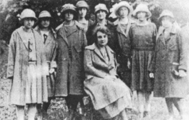 Г. Коренець серед однокласниць (гімназія Сестер Василіанок), 1923