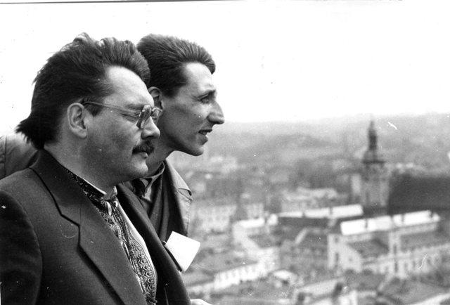 Пластуни О. Криськів та Б. Гасюк під час підняття прапора на ратуші у Львові, 3 квітня 1990 р.