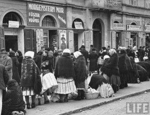Вулична торгівля в окупованому угорцями Ужгороді, 1939