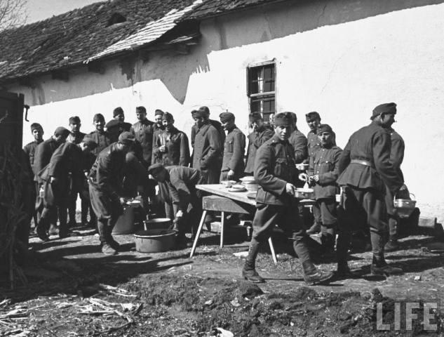 Угорські вояки обідають, Ужгород, 1939