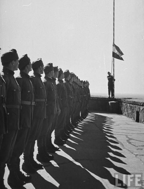 Угорські вояки під час підняття прапору, Мукачівський замок, 1939