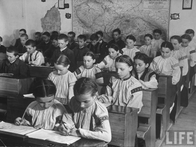 Закарпатські діти у школі с. Богдан, 1937