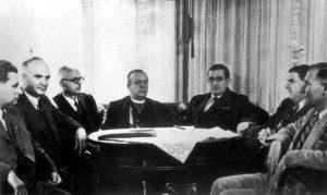 Члени уряду Карпатської України (зліва направо): Долинай, К.Лисюк (гість), А.Штефан, президент А. Волошин, прем'єр Ю. Ревай, В. Комаринський, С. Довгаль. 1939 р.