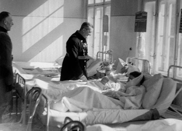 Регент Угорського королівства адмірал М. Горті відвідує у шпиталі вояків, поранених у боях з захисниками Карпатської України, 1939