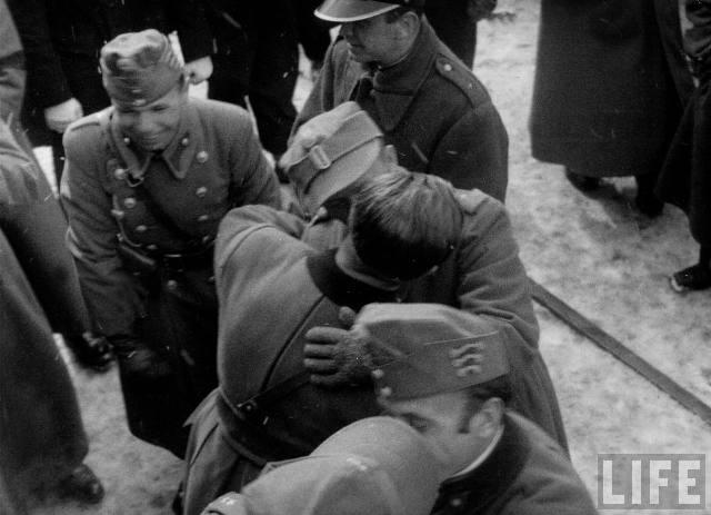 Угорські й польські вояки цілуються на радощах від угорської окупації Карпатської України, березень 1939 р.