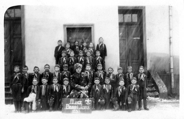 Вчитель Дмитро Остапчук з пластунами, с. Великі Лучки, 1930