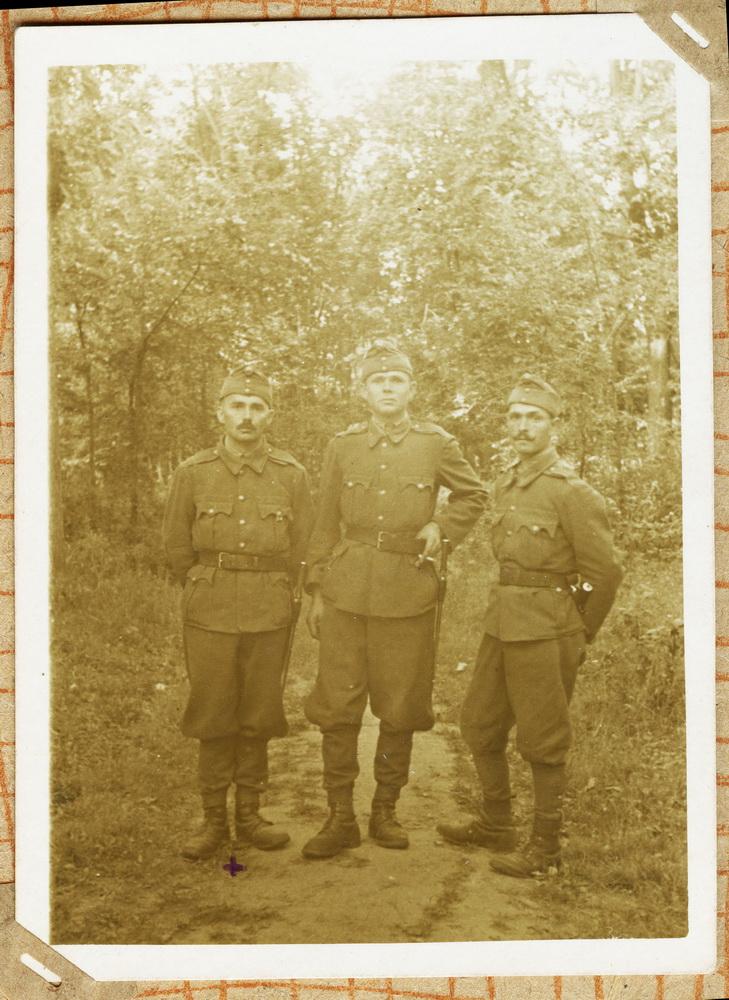 Михайло Белей, крайній зліва. Загинув в лісах під Тамбовом в зимі 1943 року