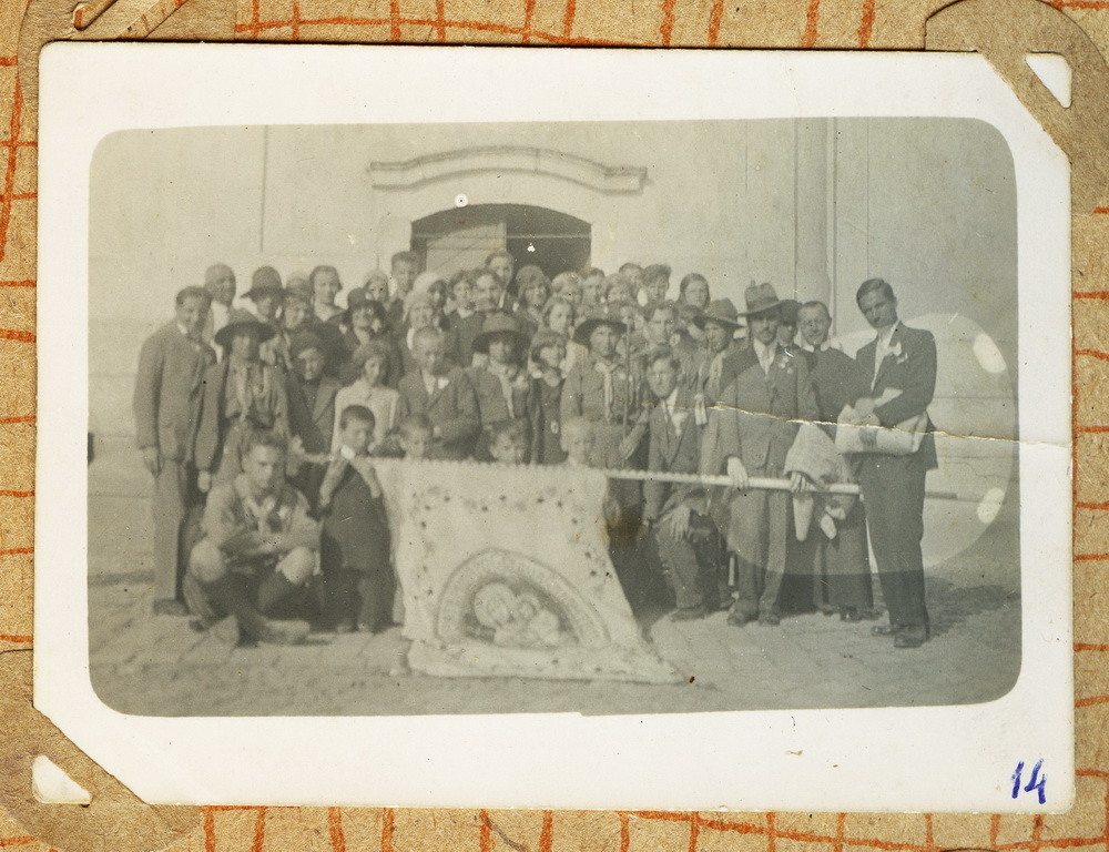 Пластовий гурток біля церкви у Великому Бичкові, 1920-1930рр.