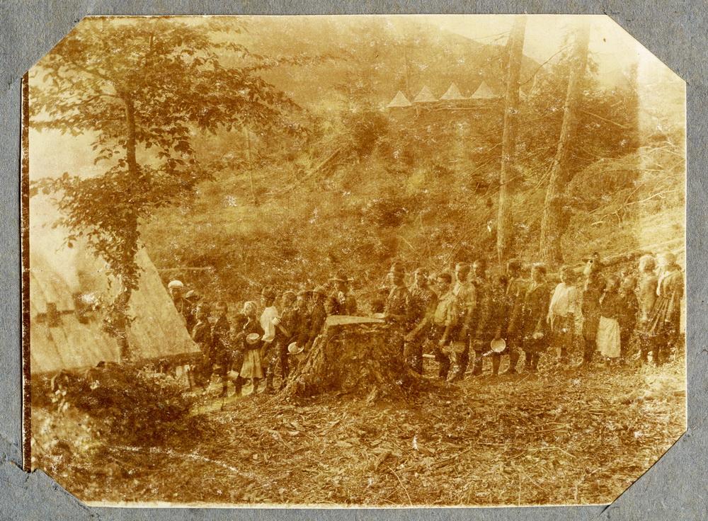 В черзі за обідом на таборі в Поляні Кобилецькій, 1920 рр.