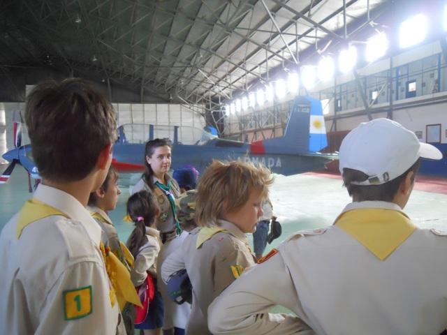 Новаки під час відвідин військово-повітряної бази в Пунта Індіо, недалеко від пластової оселі