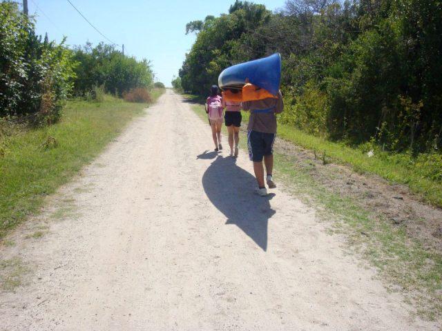 Учасники ідуть на водну ділянку
