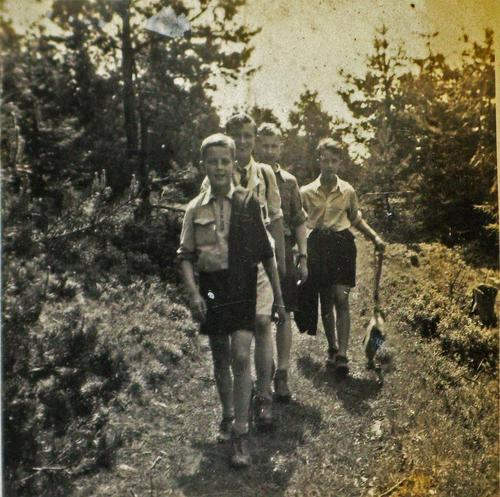 Ігор Попович на мандрівці з пластунами в Криниці 1944