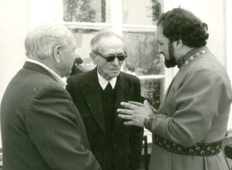 Зліва направо: Михайло Шваб, о. Юрій Станинець та представник від право-славної єпархії на освяченні меморіальної дошки в'язням мадярської катівні. Мукачево, 4 липня 1992 року