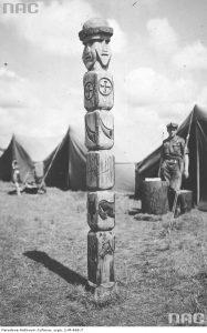 Ідол Світовида в таборі гарцежів під час міжнародного скаутського Джемборі (всесвітня таборова зустріч) у Британії, серпень 1929 р.