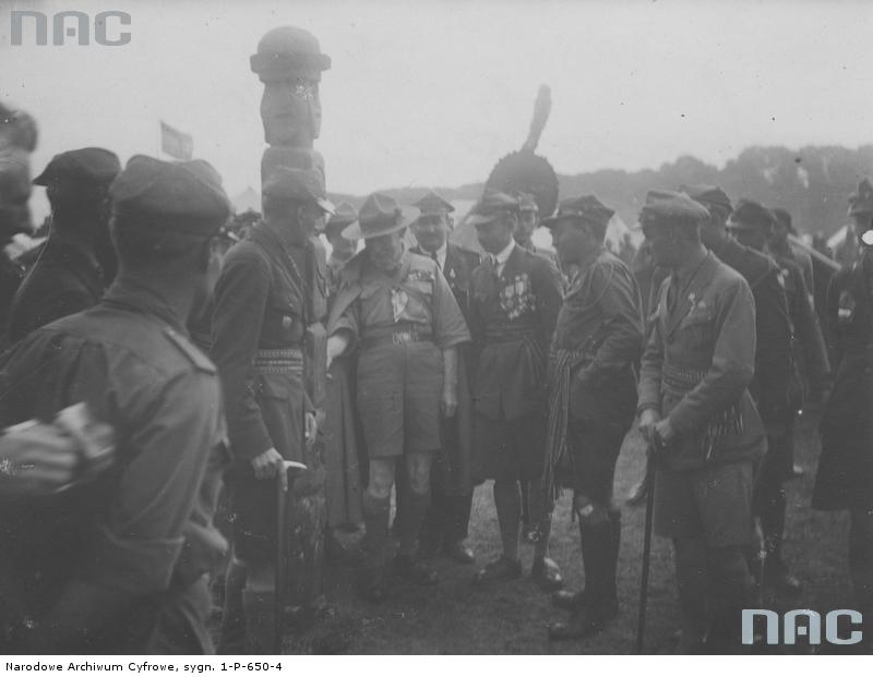 Байден-Пауелл оглядає тотем в таборі гарцежів у Гдині, серпень 1933 р.