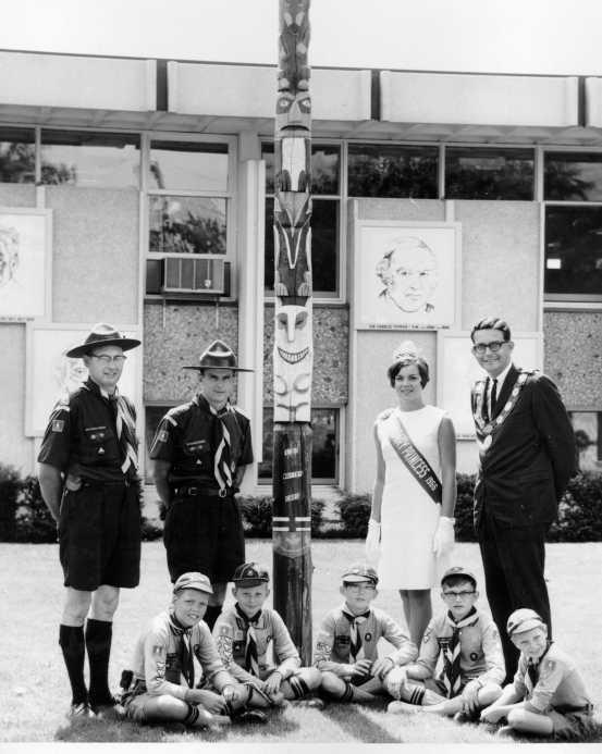 Канадські скаути біля тотему, 1966 рік