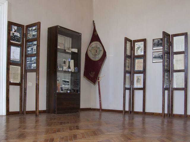 Загальний вид на стенд з пластовими матеріалами (праворуч від прапора)