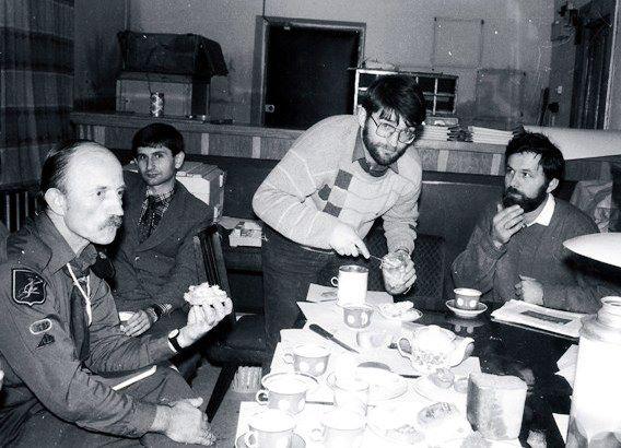 Петро Содоль, Василь Кузик, я, Богдан Генега - в Тернопільській станиці. Голодні, їмо тушівку з чаєм.