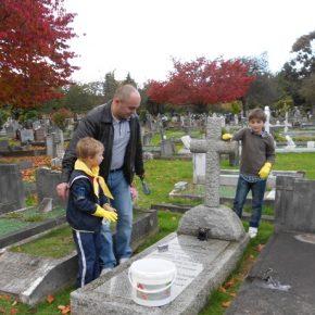 Руслан Фецик допомагає новакам прибрати могилу