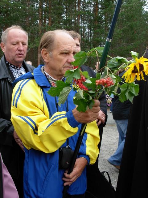 Просвітянин Микола Коробко з Кривого Рогу під час громадської панахиди в Сандармоху, 2009 р