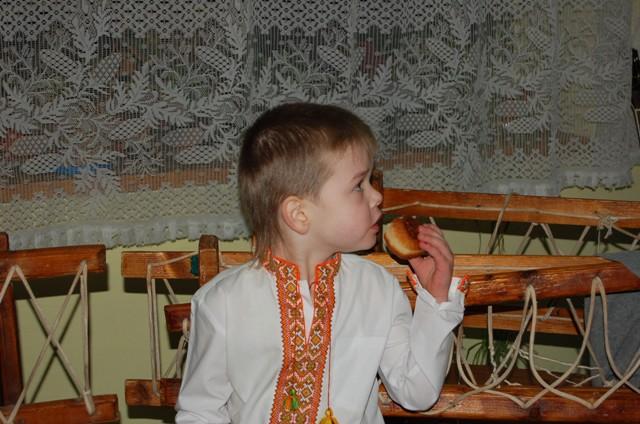 Сашко їсть пампуха