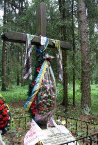 Символічний хрест, встановлений на Левашовському кладовищі в пам'ять про українців, розстріляних в околицях Петербурга